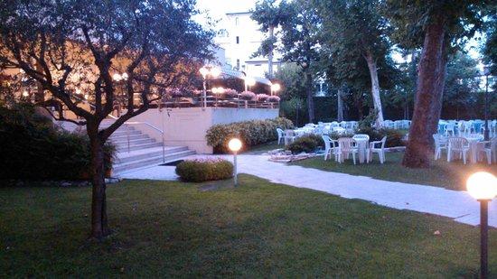 Hotel Savoia Thermae & SPA: giardino sera
