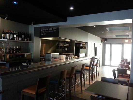 Cuisine ouverte avec un comptoir sur lequel les clients for Cuisine comptoir bar