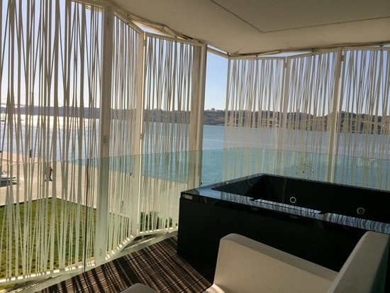Altis Belém Hotel & Spa: Clever electric sun blinds (you can see nothing from below)
