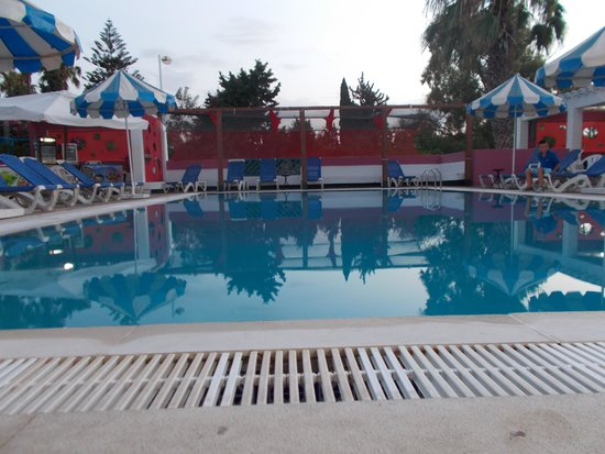 Residence la Paix : Pool am Abend