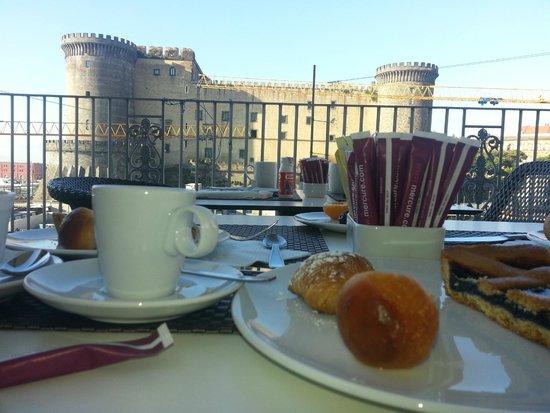 Mercure Napoli Angioino Centro : Colazione in terrazza