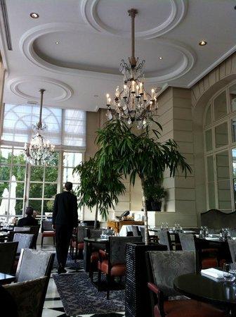 "Trianon Palace Versailles, A Waldorf Astoria Hotel : restaurant ""La véranda"""