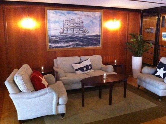 Hotell Barken Viking : a la reception, pour se poser. ambiance tamisé