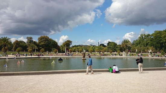 Jardin du Luxembourg : Awesome for kids; hire a sailing boat!