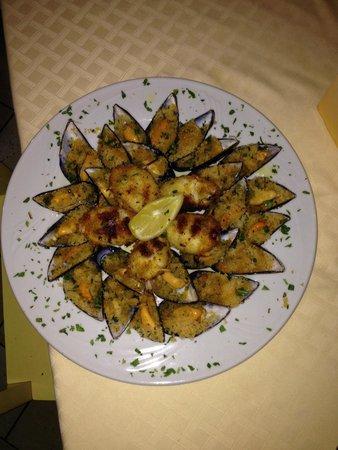 Delizie Di Mare: Cozze gratinate e calamari ripieni