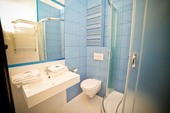 W Każdym Pokoju Znajduje Się łazienka Z Wanną Lub Prysznicem