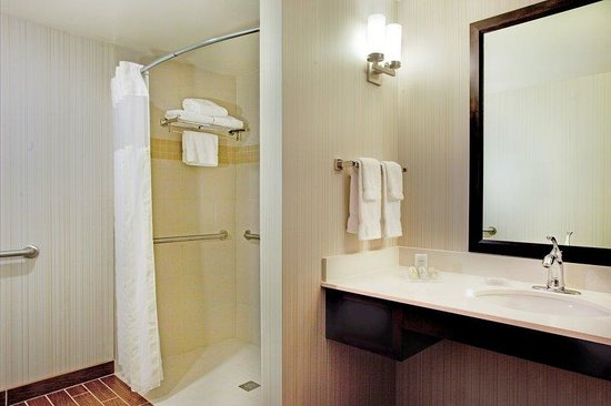 Hilton Garden Inn Portland Airport : AccessibleGuest Bathroom