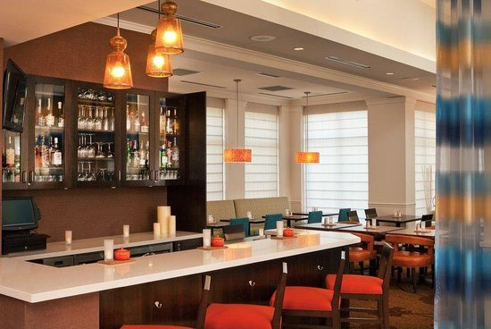 Hilton Garden Inn Portland Airport : Bar Serving Dinner and Drinks