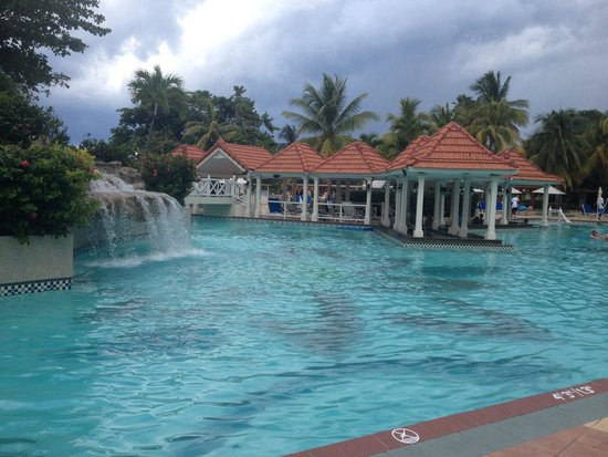 Jewel Dunn's River Beach Resort & Spa, Ocho Rios,Curio Collection by Hilton : Main pool and pool bar