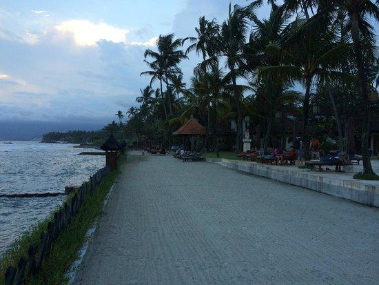 Rama Candidasa Resort & Spa: Liegenbereich mit Sand