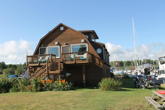 Fo'c'sle Inn : Siskiwit Bay Marina and Lodging