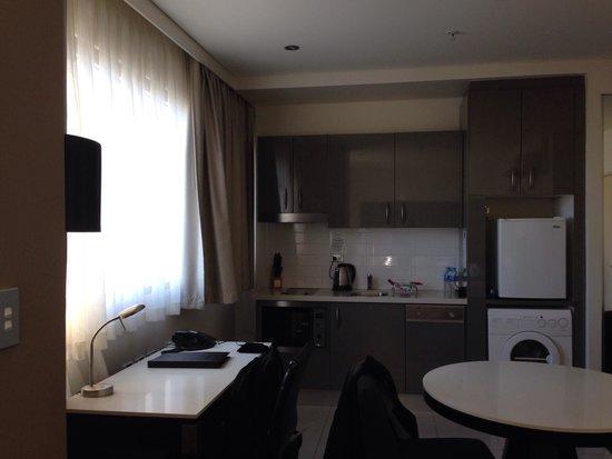 Meriton Serviced Apartments Kent Street: Monolocale lato studio/ cucina (dotata di lavatrice, lavastoviglie e anche detersivi monouso!)