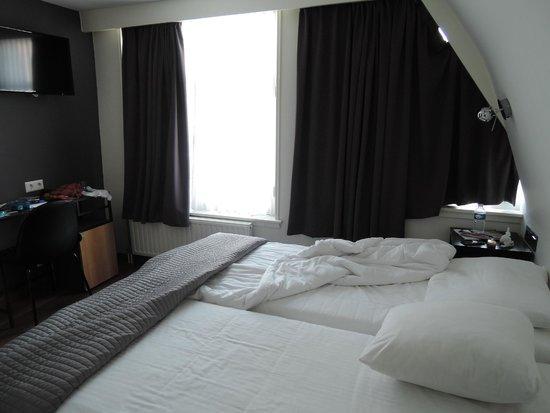 Hotel The Golden Bear : Son dos camas unidas sin fijacion.