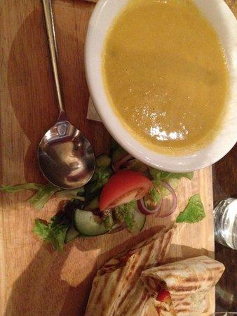 The Wolftrap Bar & Restaurant : Zuppa e pollo al curry in wrap