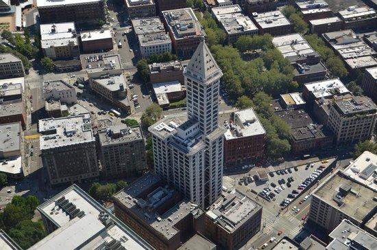 Sky View Observatory : Le Smith Tower semble minuscule par rapport  au Columbia Center