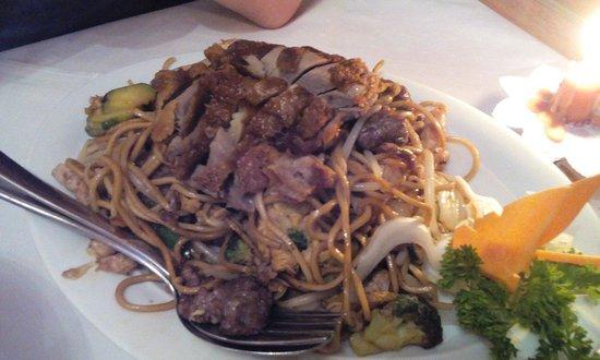 China-Restaurant Heng Heng : Hauptgericht: gebratene Nudeln mit 3 versch. Fleisch und gebr. Entenbrust