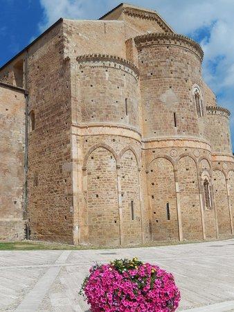 Abbazia di San Giovanni in Venere: sg in venere - abbazia - veduta laterale edificio con fiori