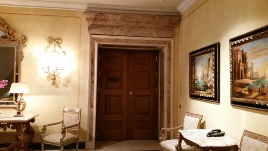 The Westin Excelsior, Rome: Beautiful presentation and entrance