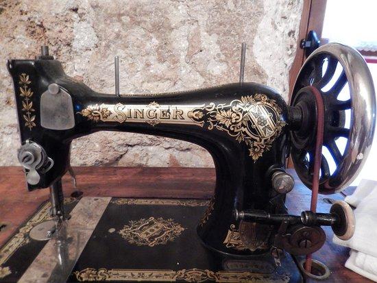 Nact abiti donna 39 900 2 foto di museo nact nina for Tavolo macchina da cucire singer