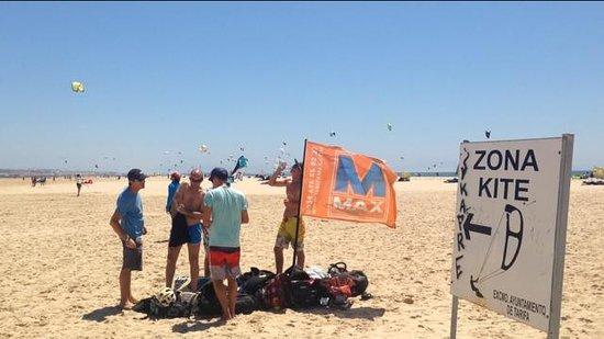 Tarifa Max Kitesurf School: gathering and consultation on the beach