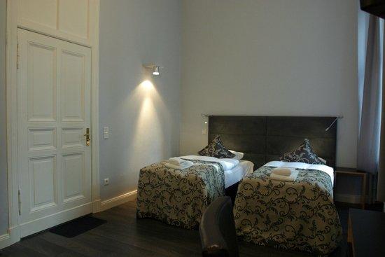 Hommage à Magritte: Standard Double Twin/Zweibettzimmer