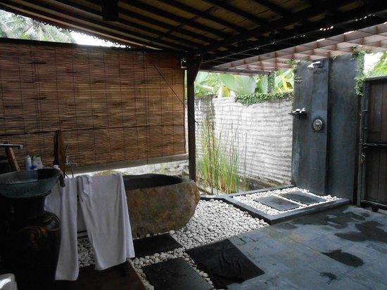 KajaNe Yangloni: salle de bains extérieure