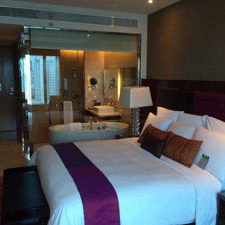 Renaissance Bangkok Ratchaprasong Hotel: Bedroom with Bathroom