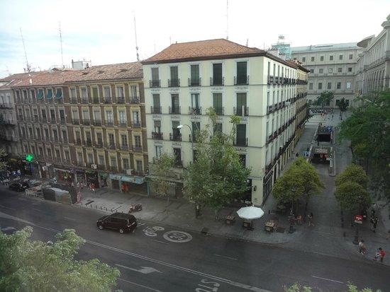 Hotel Paseo del Arte: 路地の奥がソフィア王妃芸術センターです