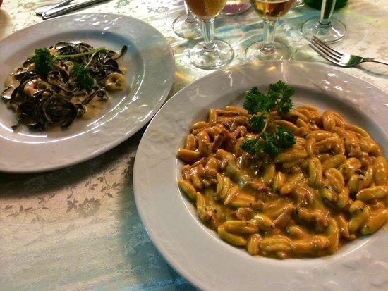 La Fenice: Tagliolini al nero di seppia con gamberi e zucchine ed gnocchetti scamorza aff e pesce spada.