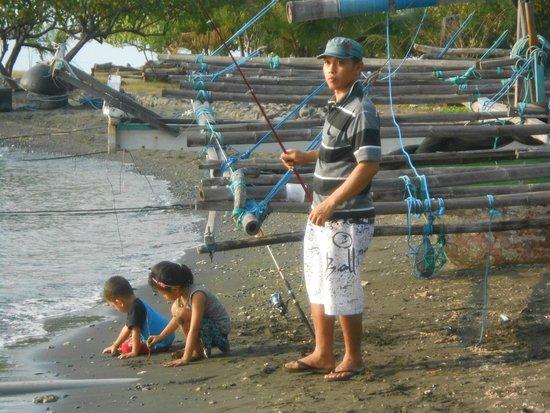 Adi Assri Beach Resort & Spa Pemuteran: pêcheurs à côté de l'hotel