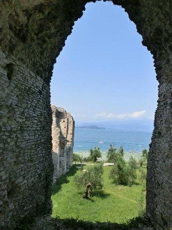 Grotte di Catullo : カップルが写真を撮るスポット