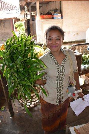Capung Sakti Maison d'Hôtes : Eka au marché lors du cours de cuisine