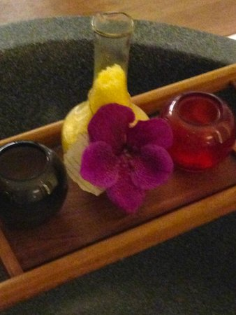 Hansar Samui Resort: Bath time details - salts and orchid
