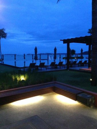 Hansar Samui Resort: Property at sundown