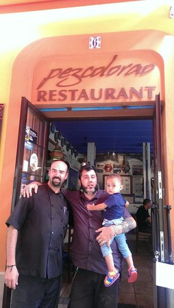 Restaurant Pez Colorao : Josep Maria, uno de los dos cocineros, y mi cuñado Dani con el bebe Roc.