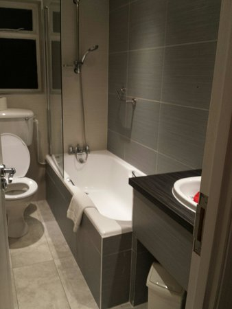 The Bonnington Dublin: The nice new bathroom in room 511