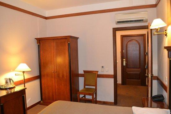 Kristoff Hotel: Шкаф и стул