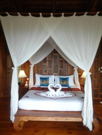 Santhiya Koh Phangan Resort & Spa : the bed when we arrived