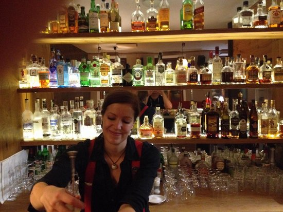 Bar Ktery Neexistuje: Bar scene