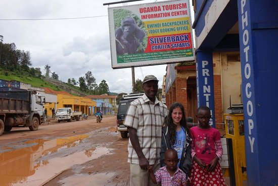 Bwindi Backpackers Lodge: Seth and his family with my daughter