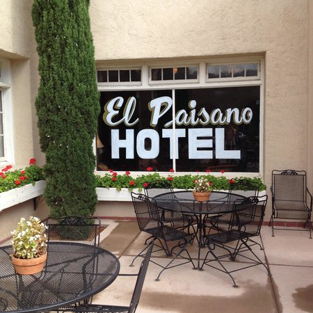The Hotel Paisano : Nice patio near the fountain where you can have a drink or diner, or just Check your emails with