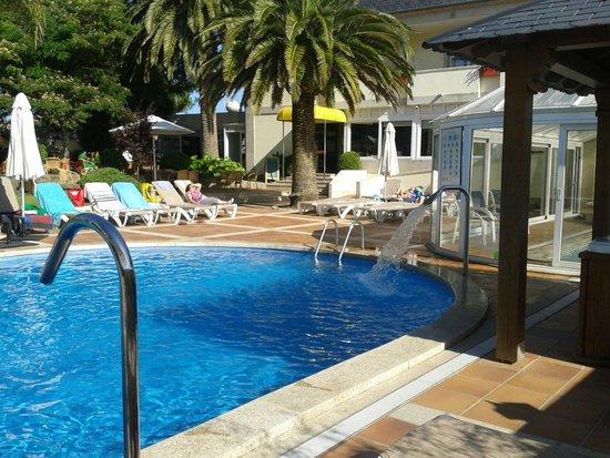Hotel Bosque-mar: Zona piscina y terraza restaurante