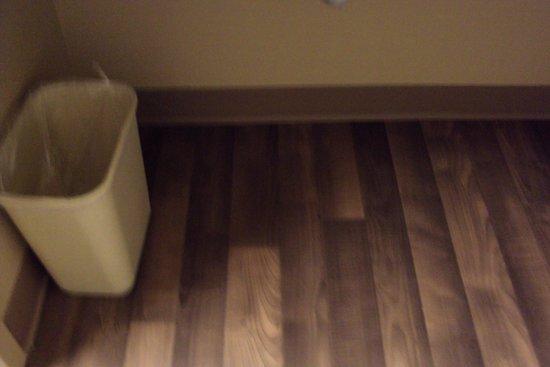 Extended Stay America - Phoenix - Peoria: suciedad bajo el lavamanos