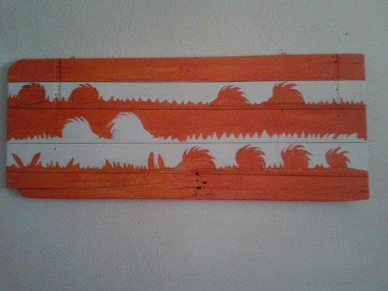 Agriturismo Valdichiascio: Un dipinto bellissimo fatto su una porta vecchia. Colpisce e in gran armonia con tutta la stanza