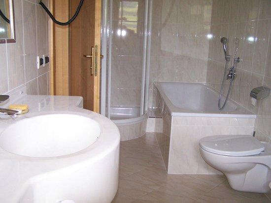 Pension La Flu : Doccia,vasca, doppio lavello, tutto in marmo bianco
