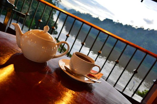 Cinnamon Citadel Kandy: tea at sunset Time with free nice view of the river