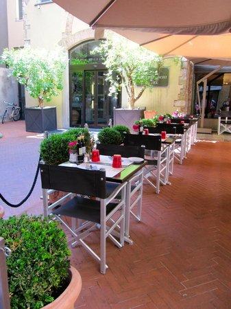 Hotel Brunelleschi: Terrasse extérieure et restaurant du rez-de-chaussée