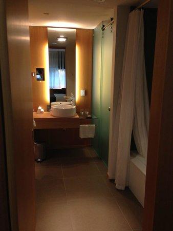 Hotel Le Germain Maple Leaf Square : Large-Size Bathroom