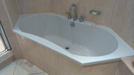 Mercure Cardiff Holland House Hotel and Spa: Bathroom