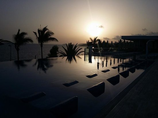 ClubHotel Riu Gran Canaria: Adult infinity pool, beautiful by day and night
